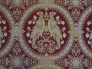 Mittelalterstoff Falken im Medaillon als Naturstoff echter Baumwolle Damast zweifarbig weinrot-goldbeige